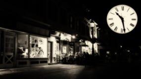 在夜街道上的神秘的时钟 免版税图库摄影