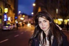 在夜街道上的美丽的少妇 街道夜光 免版税库存照片