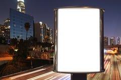 在夜街道路的空白的广告牌 库存照片
