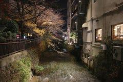 在夜视图的Gion白川町在秋天 库存图片