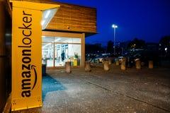 在夜超级市场的亚马逊衣物柜 免版税库存图片