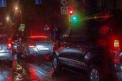 在夜路的交通 免版税库存图片
