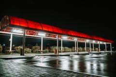 在夜运输旅行公共汽车的驻地 库存图片
