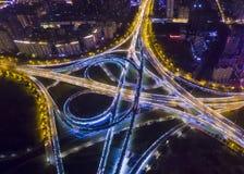 在夜郑州瓷的高速公路 库存图片
