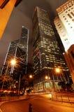 在夜银行大楼的香港中央 免版税库存图片