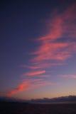 在夜间天空的红色云彩 库存图片
