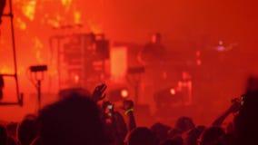 在夜间期间,拥挤欢呼和鼓掌在摇滚乐音乐会 影视素材