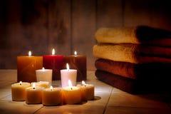在夜间温泉的芳香疗法蜡烛和毛巾 免版税库存图片