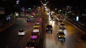 在夜间的交叉路堵车 在拥挤街道上的繁忙的汽车通行在平衡的下班时间商业区 股票视频
