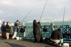 在夜间的回教妇女捕鱼 免版税库存照片