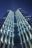 在夜间的现代大厦 免版税库存照片