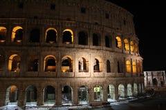 在夜间的罗马斗兽场 免版税库存照片