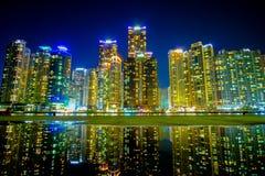 在夜间的釜山都市风景与反射,韩国 库存图片