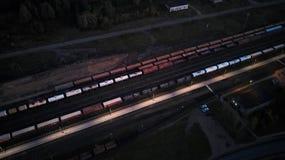 在夜顶视图的火车站 多彩多姿的领域 免版税库存图片