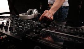 在夜总会和音乐节, EDM,未来房子音乐的DJ声测设备等等 特写镜头搅拌器 免版税图库摄影