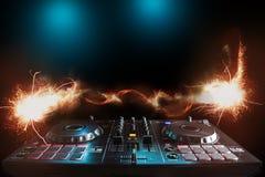 在夜总会和音乐节, EDM, futur的DJ声测设备 免版税库存图片