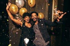 在夜总会的精力充沛的夫妇跳舞 免版税库存照片