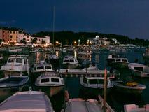 在夜间期间的小游艇船坞小船 库存照片