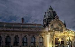 在夜间期间的市政房子布拉格 免版税库存照片