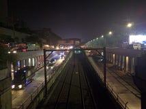 在夜间期间的MRT 免版税库存照片