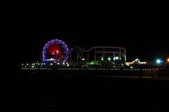 在夜间的圣塔蒙尼卡码头 免版税库存图片