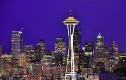 在夜间的西雅图街市地平线 免版税库存图片