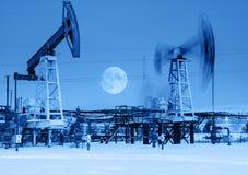 在夜间的运作的油泵起重器 库存照片