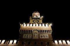 在夜主要塔入口的米兰城堡 免版税库存图片