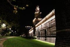 在夜主要塔入口的米兰城堡 免版税图库摄影