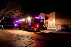 在夜间紧急的消防车 免版税库存图片
