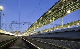 在夜Belorussky火车站的乘客平台--是九个主要火车站之一在莫斯科,俄罗斯 免版税库存照片