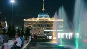 在夜timelapse的水绿的大道 总统宫殿在背景中 Nurzhol大道是全国大道  股票视频