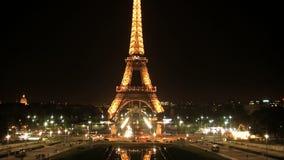 在夜timelapse,巴黎,法国的埃佛尔铁塔 影视素材
