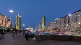 在夜timelapse hyperlapse的水绿的大道 总统宫殿在背景中 Nurzhol大道是国民 股票视频