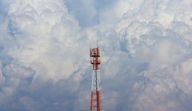 在大云彩背景的天线塔 库存照片