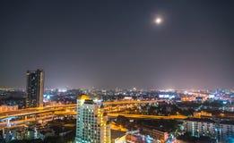 在大亚洲市的一个看法曼谷, nighttim的泰国 免版税库存图片