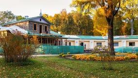 在大俄罗斯作家伊万・谢尔盖耶维奇・屠格涅夫的房子里,修理工作 免版税库存图片