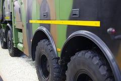 在大军用卡车的装甲的轮胎 免版税库存图片