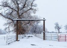 在大农场入口的冬天风暴 免版税库存照片