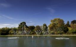 在大别墅de凡尔赛庭院的喷泉 库存照片