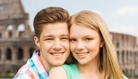 在大剧场背景的微笑的夫妇 免版税图库摄影
