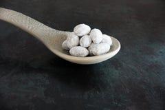 在大匙子的糖粉上漆的杏仁 免版税库存图片