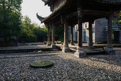 在大卵石隐蔽的地面的被遮蔽的中国传统门户在s 图库摄影