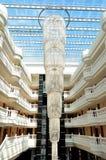 在大厅的大枝形吊灯在豪华旅馆里 库存图片