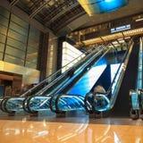 在大厅的移动自动扶梯在晚上 免版税图库摄影