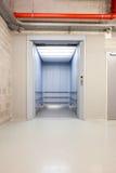 在大厅里打开电梯 免版税库存照片