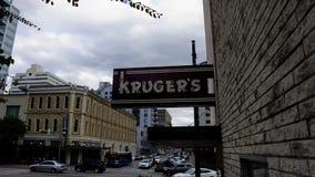 在大厦一边的克鲁格的标志 免版税库存照片