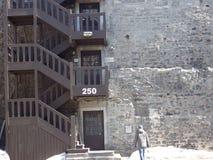 在大厦上下的紧急步攀登 结构上大厦详细资料屋顶 免版税库存照片