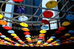 在大厦下的伞装饰 免版税库存图片