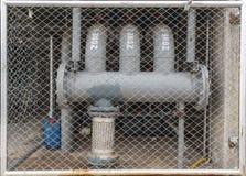 在大厦下的水管 免版税库存图片